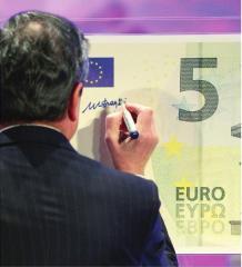 MARIO DRAGHI FIRMA LA NUOVA BANCONOTA DA 5 EURO