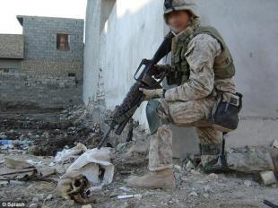 Il soldato posa con il teschio