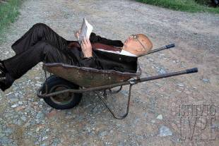 nonno in carriola