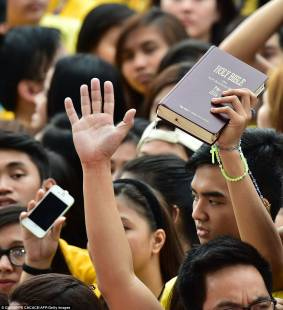 papa a manila a student holds a bible during the visit by pope francis to the a 46 1421572929583