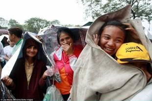 papa a manila pilgrims gather in the rain at rizal park to hear sunday mass wi a 17 1421571966445