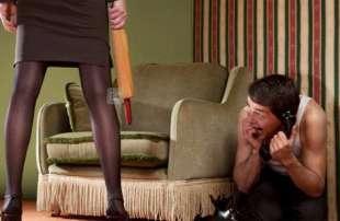 moglie picchia il marito