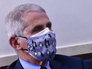 anthony fauci con doppia mascherina