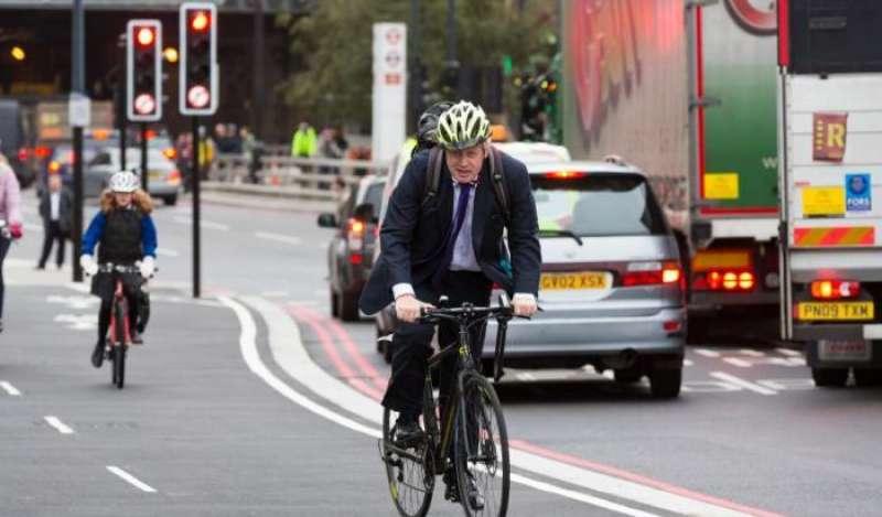 boris johnson in bicicletta