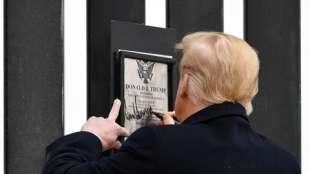 donald trump autografa il muro con il messico ad alamo 1