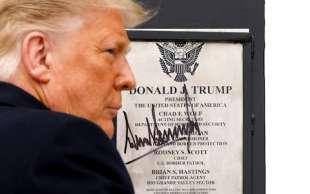 donald trump autografa il muro con il messico ad alamo 2
