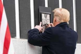 donald trump autografa il muro con il messico ad alamo 3