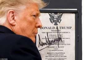 donald trump autografa il muro con il messico ad alamo 4
