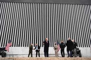 donald trump comizio ad alamo in texas davanti al muro con il messico