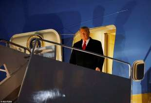 donald trump scende dall air force one
