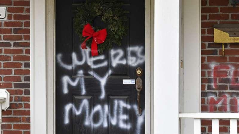 Graffiti sulla porta d'ingresso di Louisville del leader della maggioranza al Senato Mitch McConnell