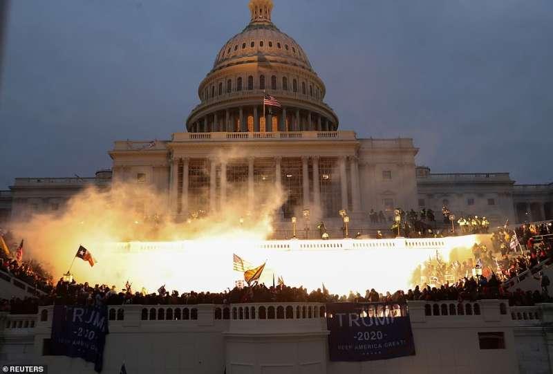 i supporter di trump invadono il congresso