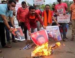 indiani bruciano immagini di xi jinping