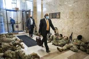 jim clyburn entra al congresso pieno di militari