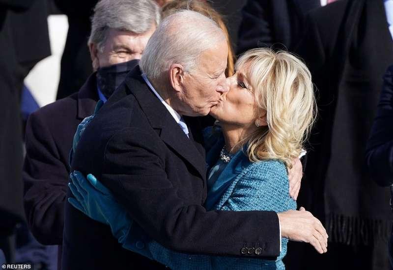 joe biden bacia la moglie jill dopo il giuramento