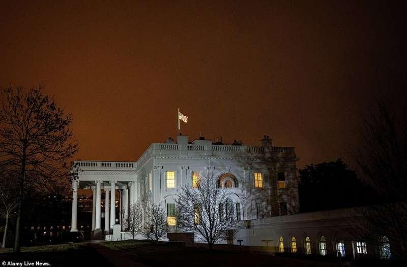 la casa bianca nella notte
