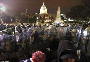 la guardia nazionale contro i supporter di trump che invadono il congresso