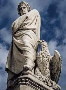 la statua di dante in piazza santa croce a firenze