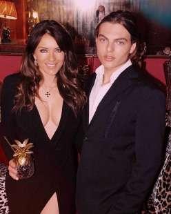 Liz Hurley con il figlio