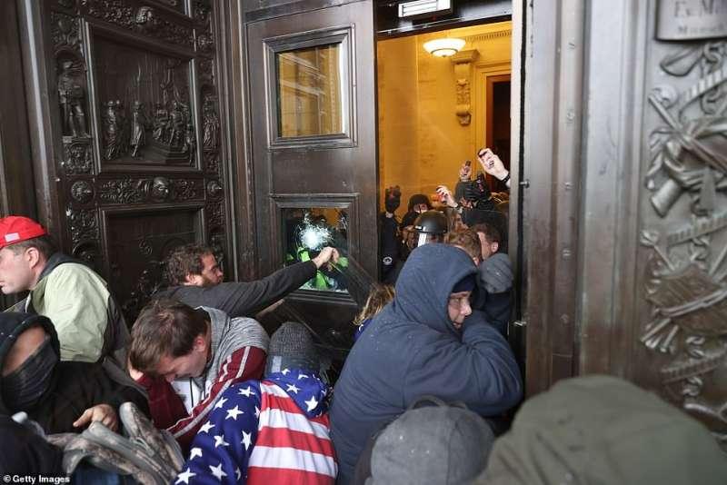 manifestanti pro trump assaltano il congresso