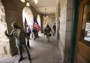 manifestanti pro trump provano a fare irruzione al capitol museum