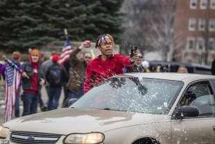 palle di neve contro gli anti trumpiani in nebraska