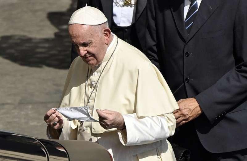 papa francesco e la mascherina 1
