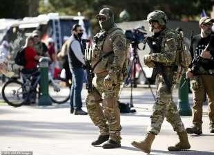 persone armate a una manifestazione pro trump in arizona