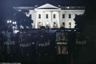 polizia davanti alla casa bianca