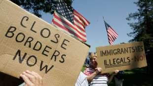 proteste anti migranti california