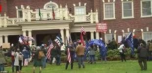 proteste davanti alla casa del governatore di washingotn jay inslee