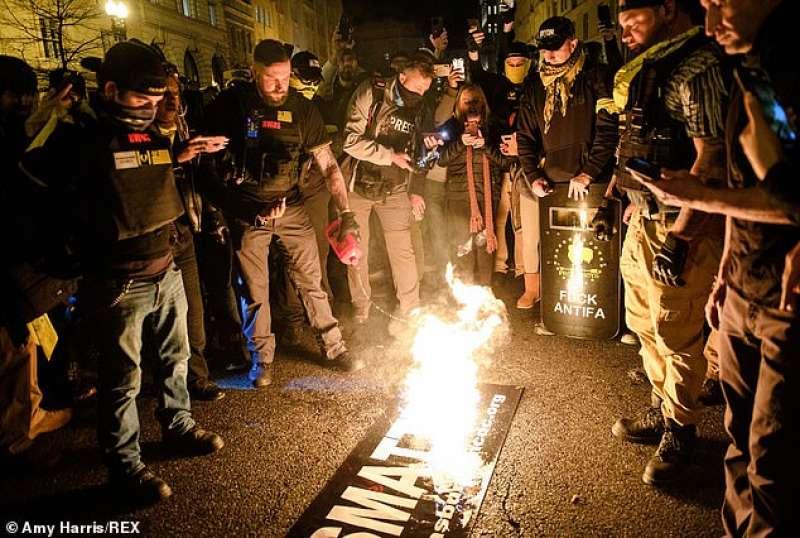 proud boys bruciano la bandiera di black lives matters