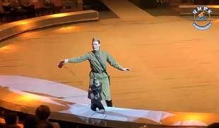 scimmia e capre con simboli nazisti al circo in russia 4