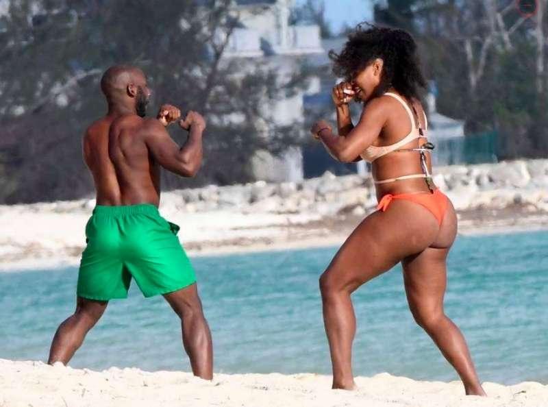 serena williams gioca a boxe sulla spiaggia
