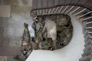 soldati dormono dentro il campidoglio usa