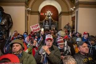 stop the steal le truppe trumpiane senza mascherina al congresso