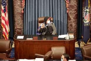 supporter di trump si fa le foto al posto dello speaker al congresso