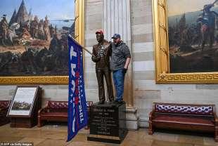 supporter di trump si fa una foto con la statua di gerald ford