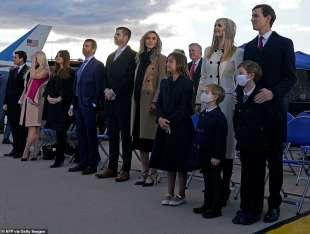 tutta la famiglia trump schierata mentre parla donald
