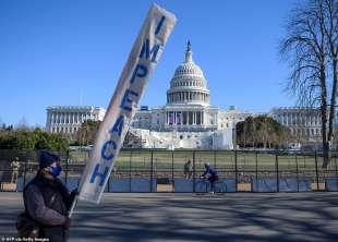 un manifestante con uno striscione per l impeachment a trump