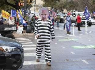 un manifestante pro trump vestito da biden incarcerato