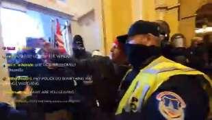 un poliziotto si fa un selfie con i supporter di trump
