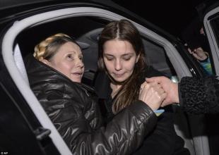 Yulia Tymoshenko con sua figlia prima di parlare alla piazza