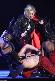 madonna cade dal palco 10