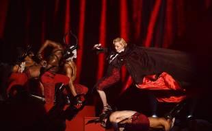 madonna cade dal palco 13