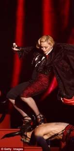 madonna cade dal palco 14