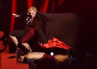 madonna cade dal palco 15