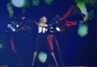 madonna cade dal palco 18