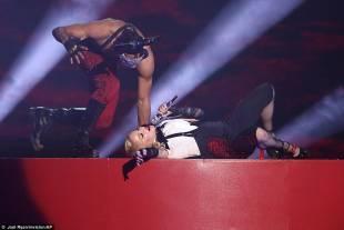 madonna cade dal palco 24