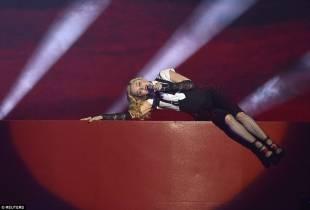 madonna cade dal palco 25